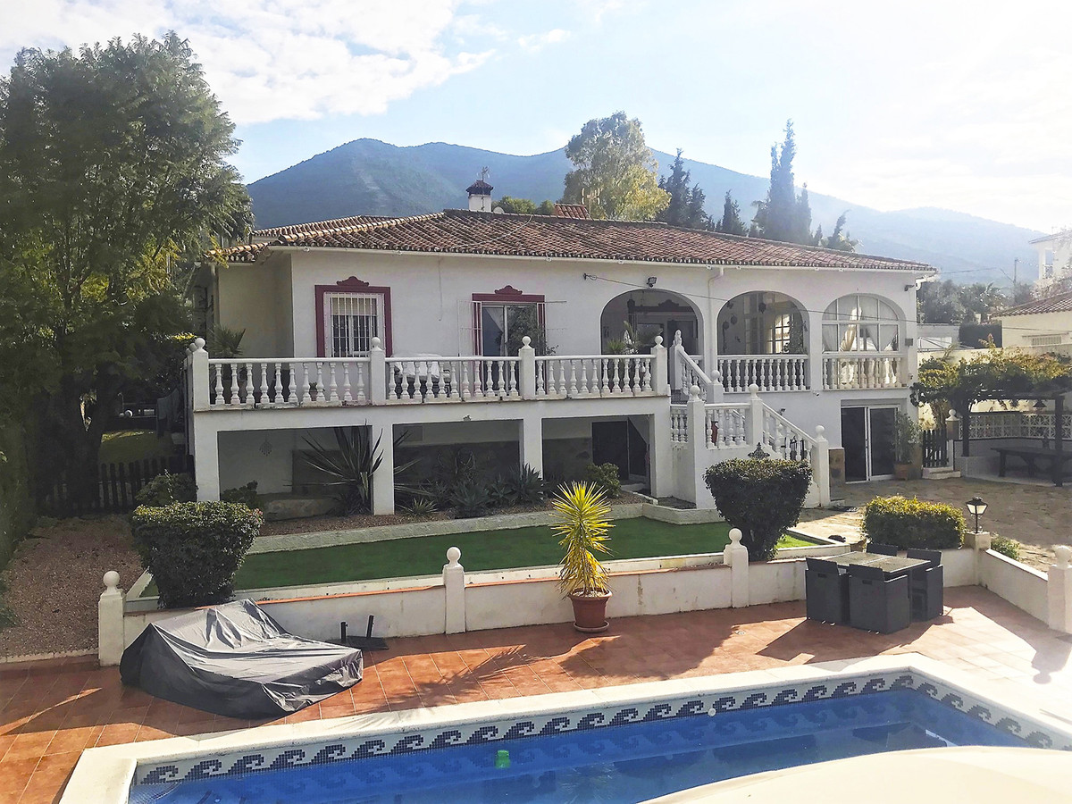 Fabulous detached villa in a quiet secluded area within walking distance of the lively town of Alhau,Spain