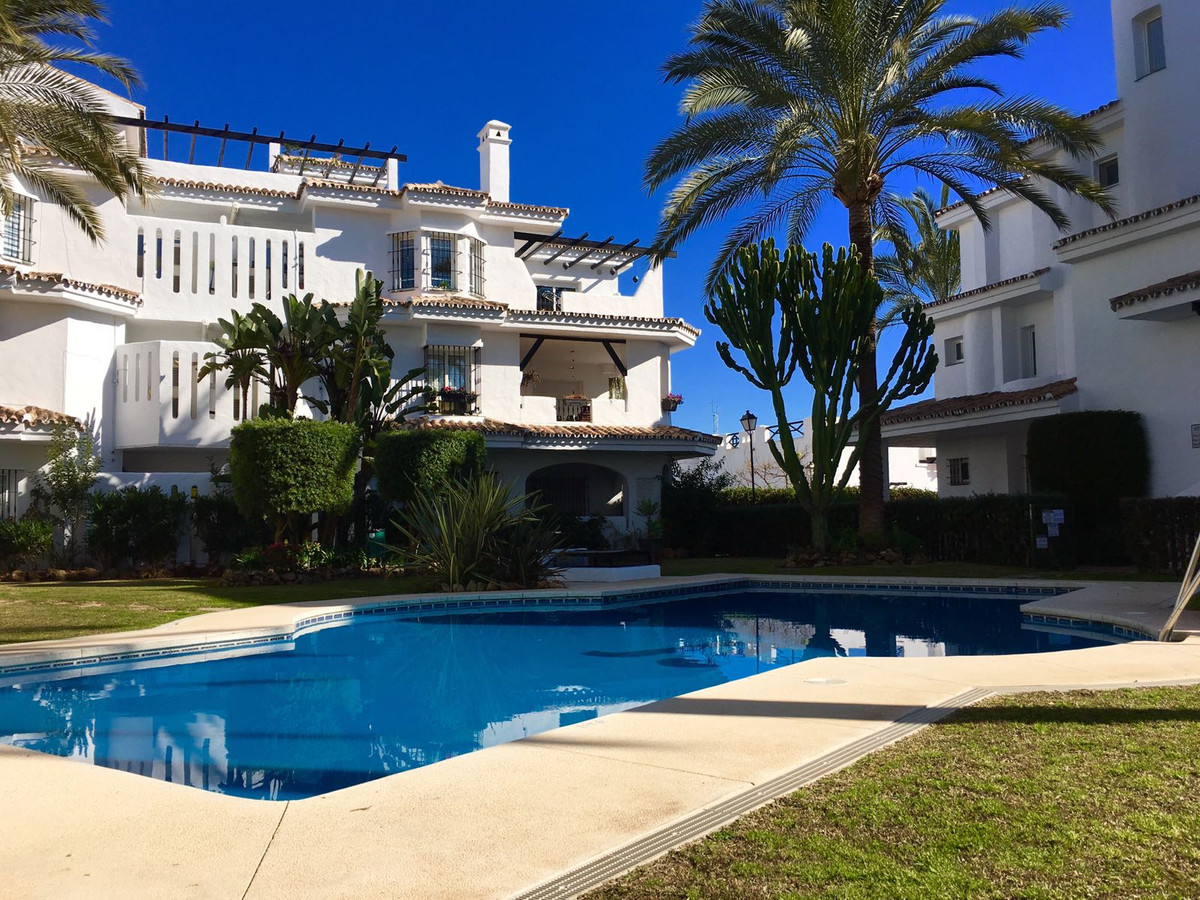 Magnificent apartment located in an excellent closed urbanization with 24hrs security. Very close to,Spain