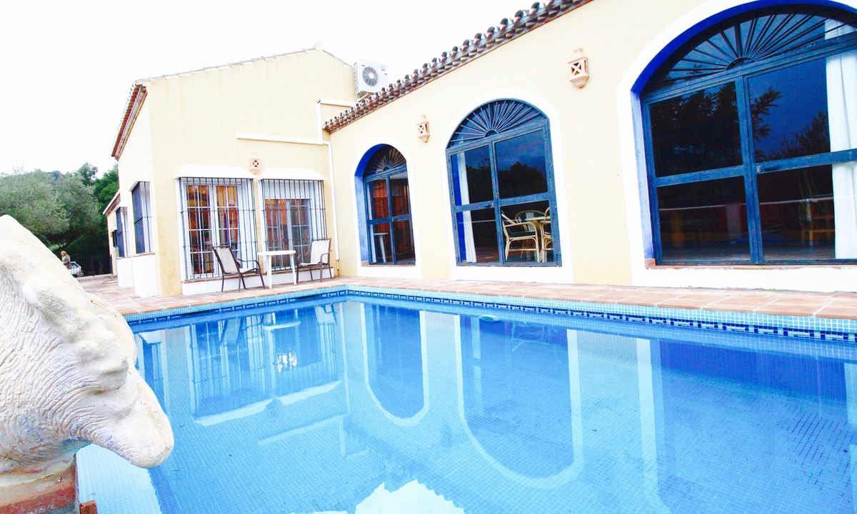 Well built large villa 400 m2 in Monda with 10 000 m2 plot and guesthouse. Two stored house with 5 b,Spain