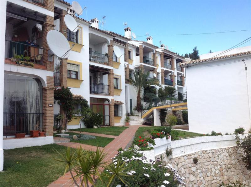 A south facing 2 bedroom apartment with panoramic views being sold partly furnished.  There is an Am,Spain
