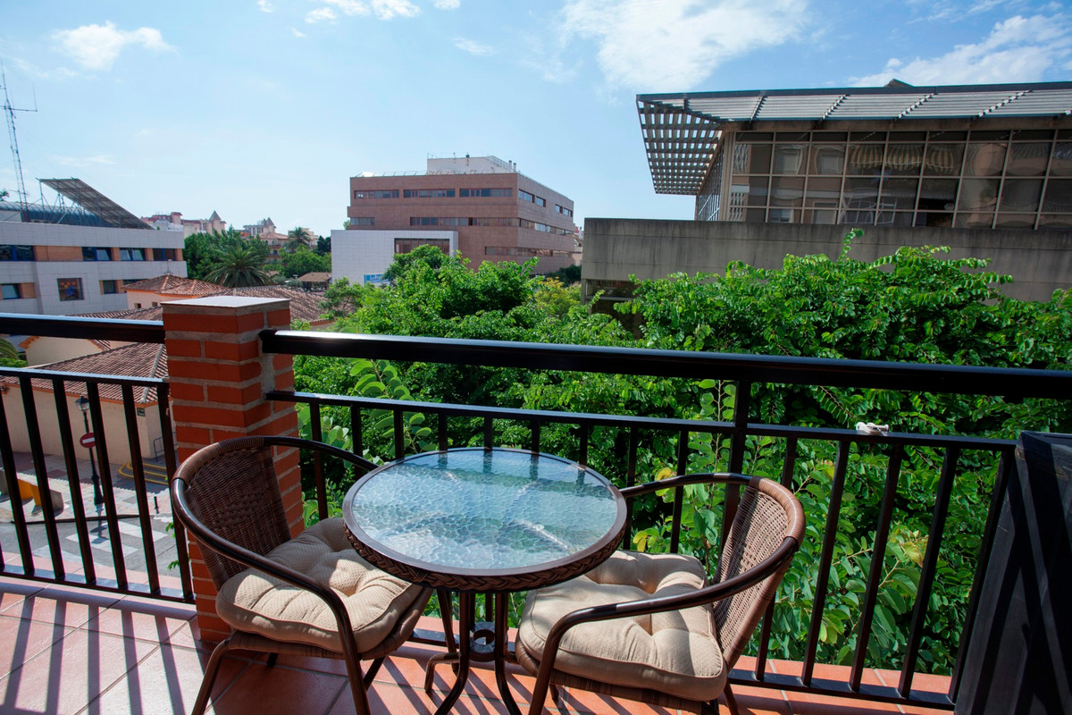 BEAUTIFUL APARTMENT WITH GOOD QUALITIES AND VERY WELL LOOKED AFTER, DISTRIBUTED IN THREE BEDROOMS, A,Spain