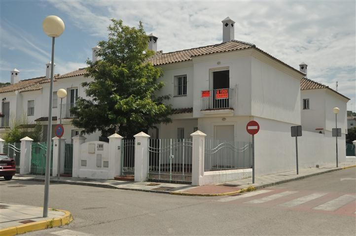 Confortable semi-detached townhouse located in a quiet area of Guadiaro next to Sotogrande, in a ver,Spain
