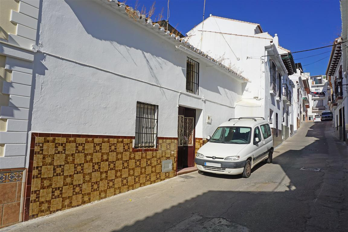 Beautiful, traditional and quirky townhouse built in 1920. The property is located in a pedestrian s, Spain