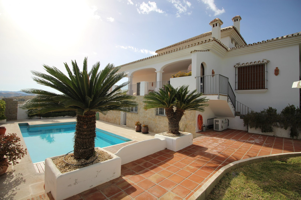 Fantastic Villa in Alcaucin.  The property has a constructed area of 351 m2 on a plot of 1026 m2.  I,Spain