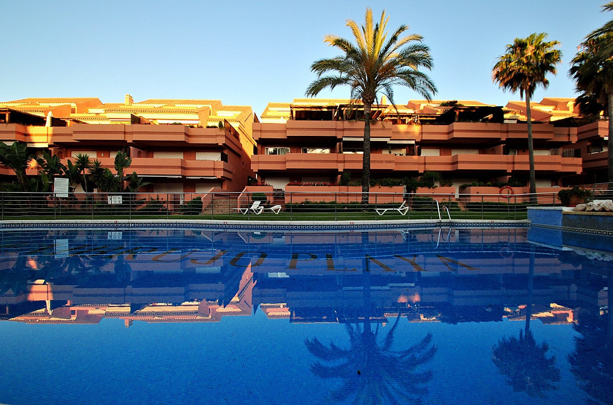 - DUPLEX PENTHOUSE AT 700 MTRS. OF THE BEACH -   Impeccable 3 bedroom apartment in an exclusive gate, Spain