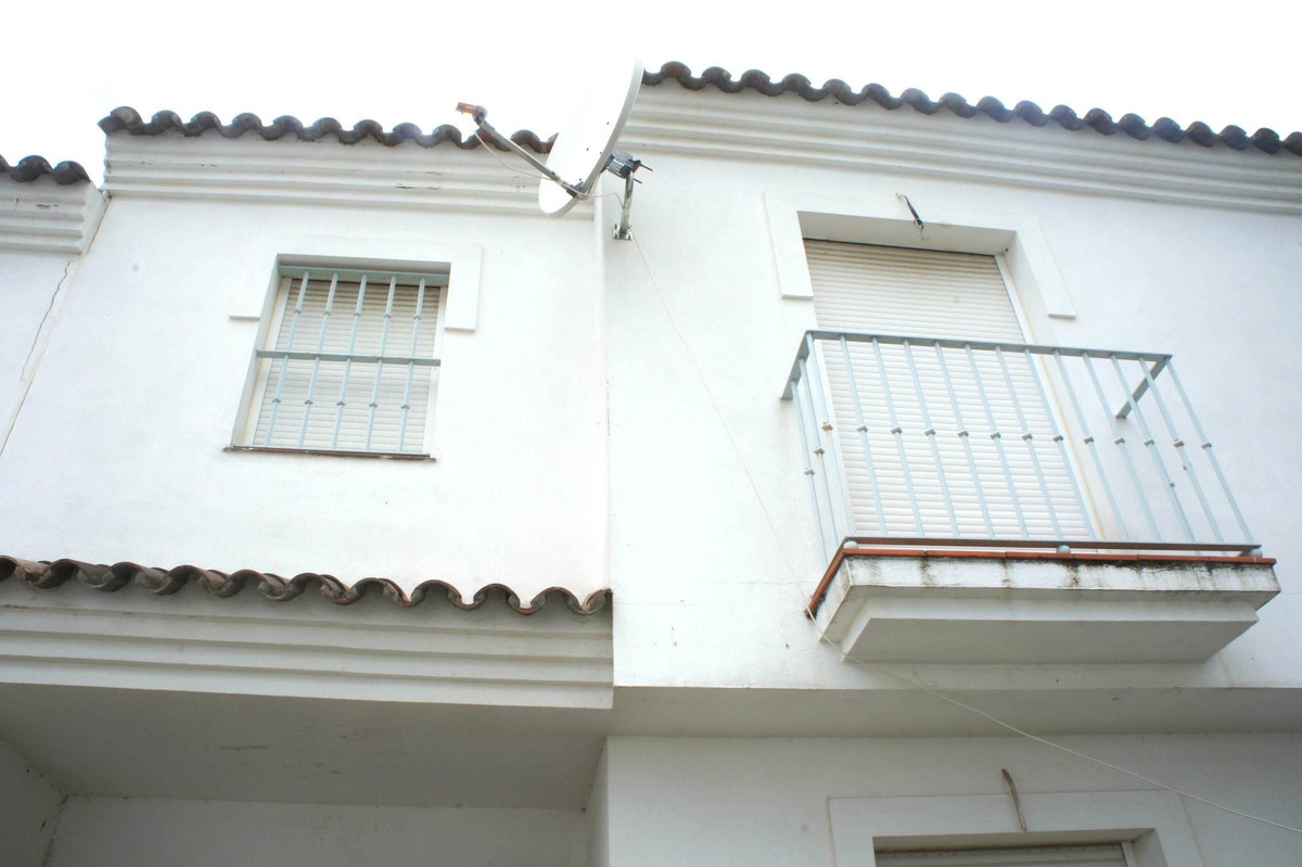 Two storey townhouse located in the lovely village of Guadiaro. Only 5 minutes from Sotogrande and l, Spain