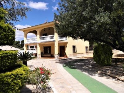 Large villa of 196m2 on a fenced plot of 2735m2. Electric gates and mature garden with well maintain, Spain