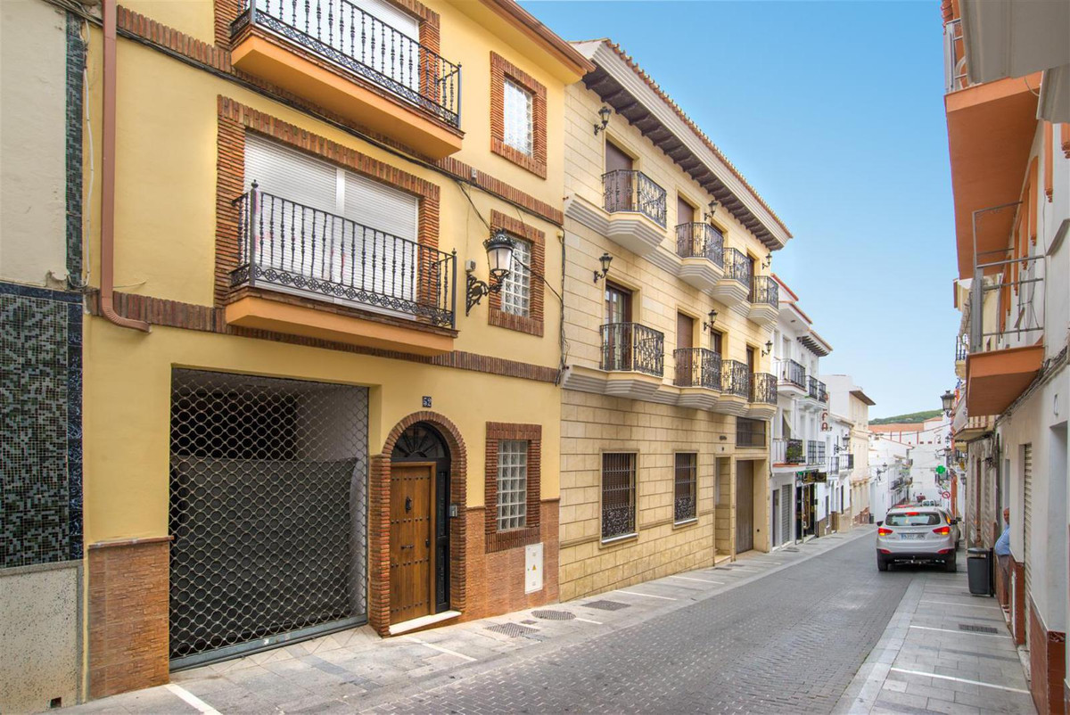 COMMERCIAL LOCATION IN THE CENTER OF ALHAURIN EL GRANDE Great commercial space, with garage. It has , Spain