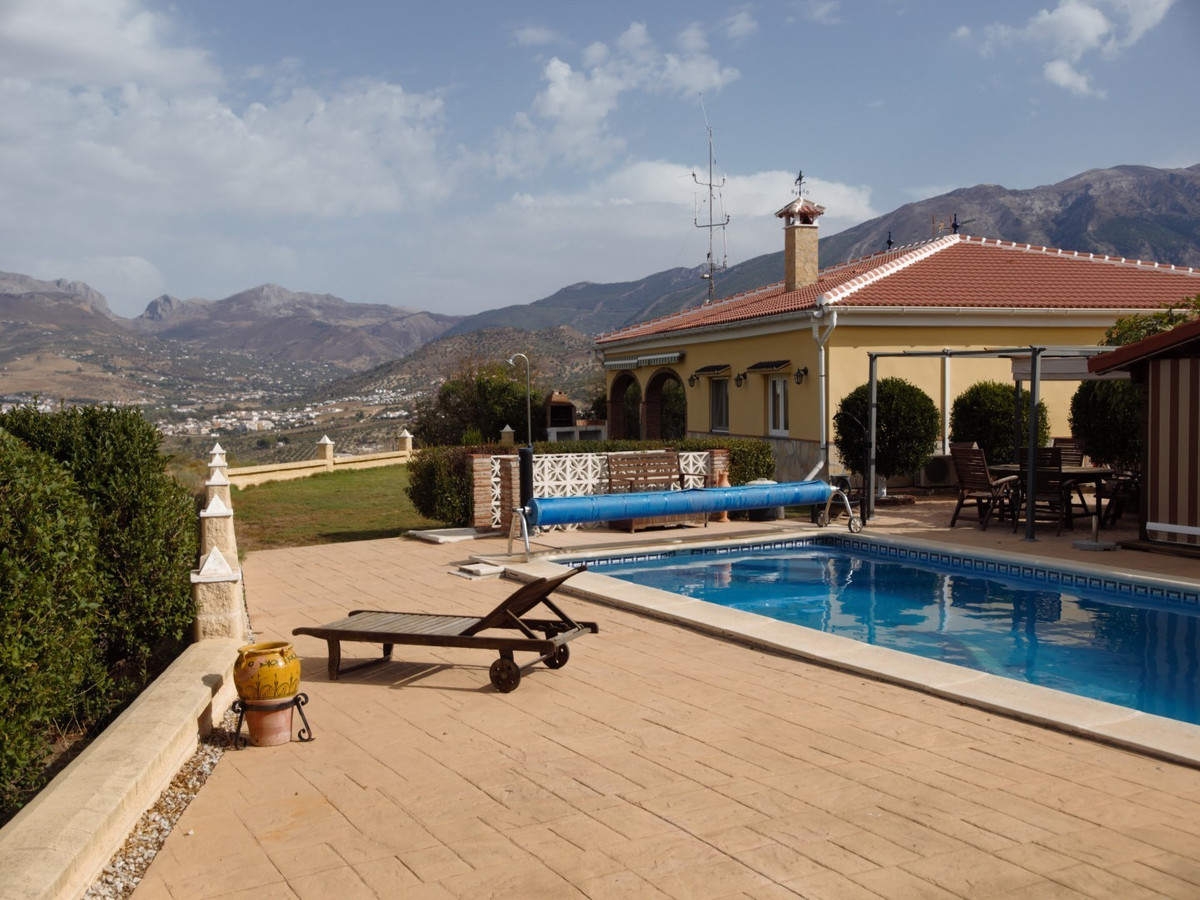 Stunning estate in La Vinuela. The House consists of a large living room with gas fireplace, the kit, Spain