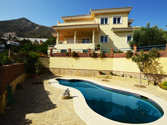 GREAT FAMILY HOME IN BENALMADENA WITH PANORAMIC VIEWS CLOSE TO ALL AMENITIES  This impressive modern, Spain