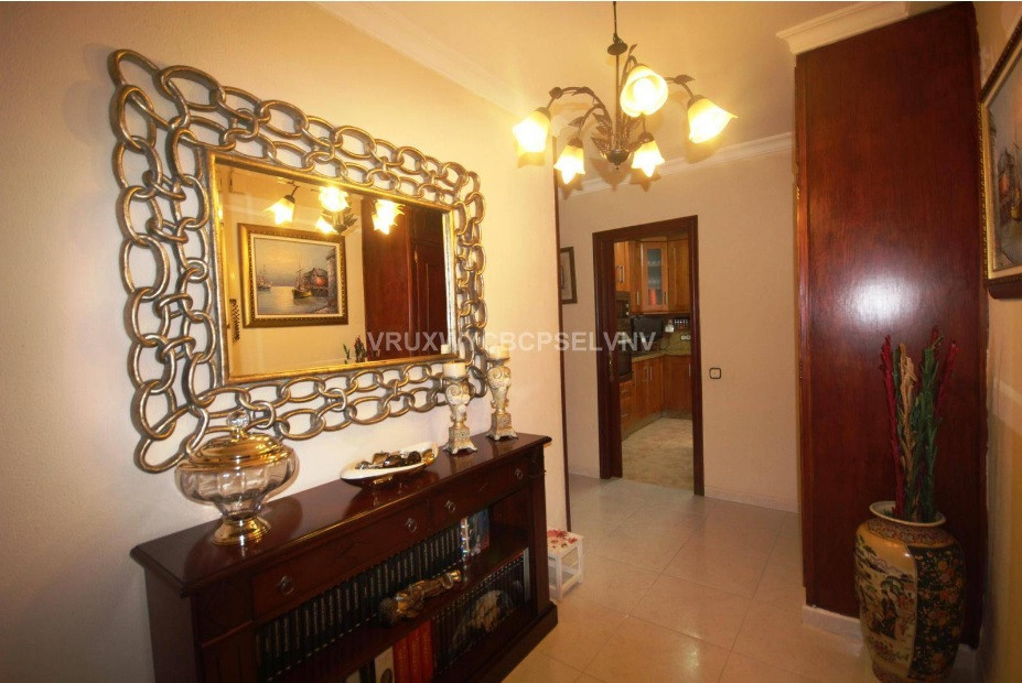 VERY LARGE MIDDLE FLOOR IN TOWN CENTER  This well kept, 4 bedroom apartment is located in the heart ,Spain