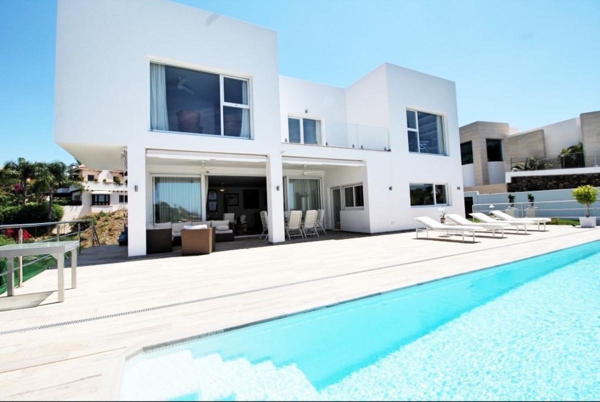Newly built contemporary style villa located in the upmarket El Herrojo urbanisation in La Quinta go,Spain
