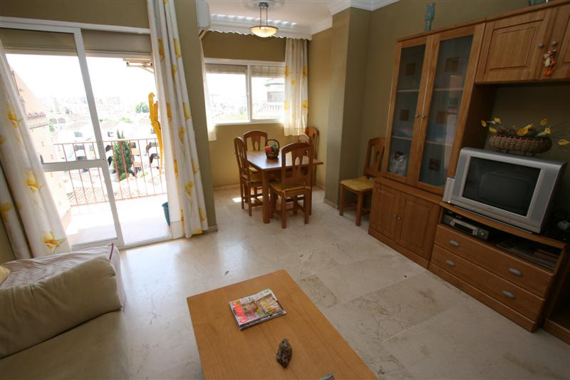 This lovely three bedroom, two bathroom apartment is located in a well maintained urbanization in Fu,Spain