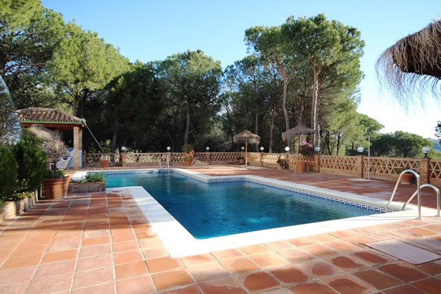 A spacious and immaculately presented second floor apartment in the sought after development of Pino, Spain