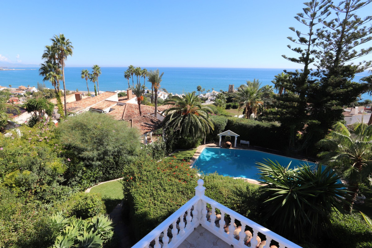 Beautiful contemporary villa in Golden Bay just 5 minutes drive from the port of Estepona. It is bui, Spain