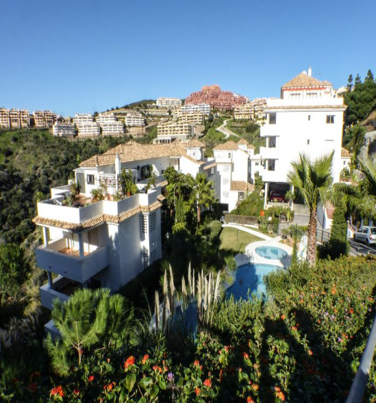 Semi-new apartment in the area of ??Calahonda, within a gated community. Tranquility, sea views, com,Spain
