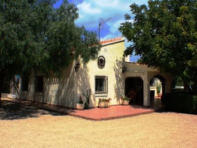 Lovely country house of 110m2 on a fenced and gated plot of 1650m2 with pool.  3 minutes from town b,Spain