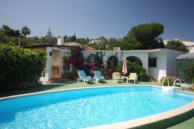 Independent villa situated close to the beach on Marbella´s east. Built in one floor comprises 4 bed, Spain