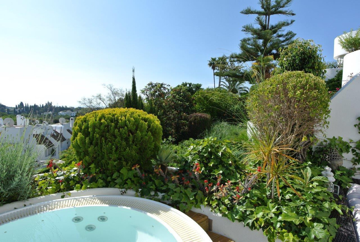This one bedroom apartment is located in an exclusive and popular urbanization in Las Lomas del Marb,Spain