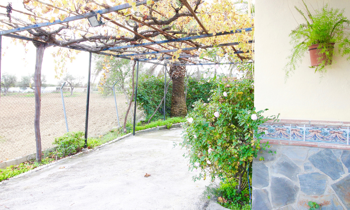 A country house with 3000 m2 of fertile land with a vegetable garden and many fruit and walnut trees, Spain