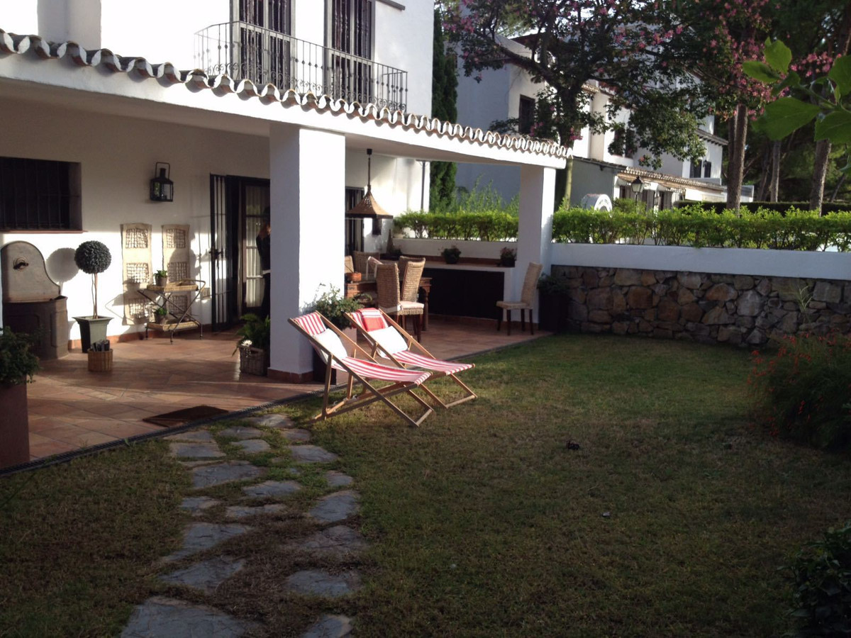 Magnificent and spacious semi-detached, adjoining the Aloha Golf Club. It offers approx 180 m2 usefu,Spain