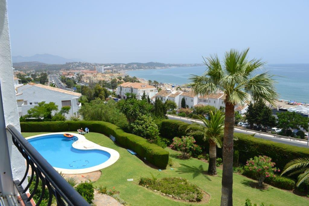 MAGNIFICENT PANORAMIC SEA VIEWS from this 2 bedrooms 2 bathroom apartment in Coronatorre Torrenueva , Spain
