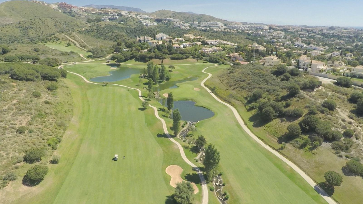 Fantastic complex of 20 semi-detached houses in Cabopino golf course just 10 minutes drive from the ,Spain