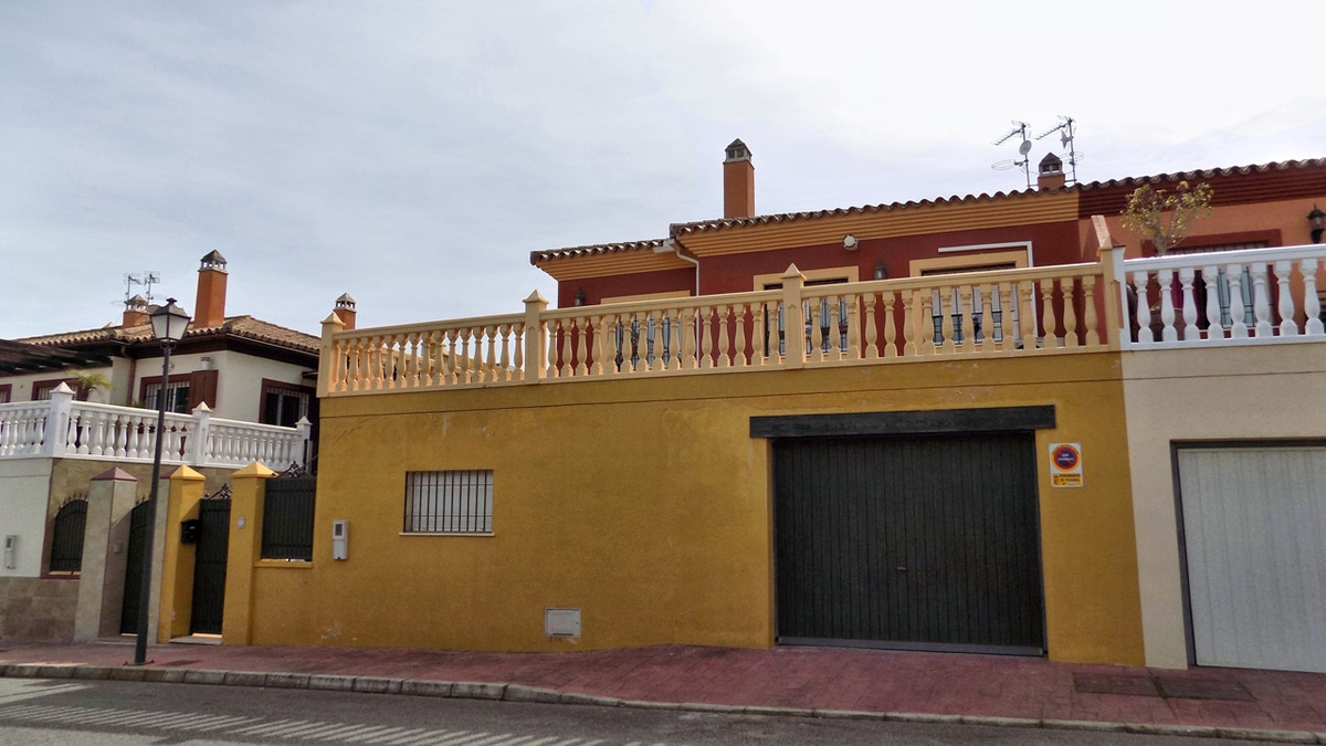 We have a well maintained townhouse fresh on the market for sale in an area called Ceralba (Pizarra), Spain