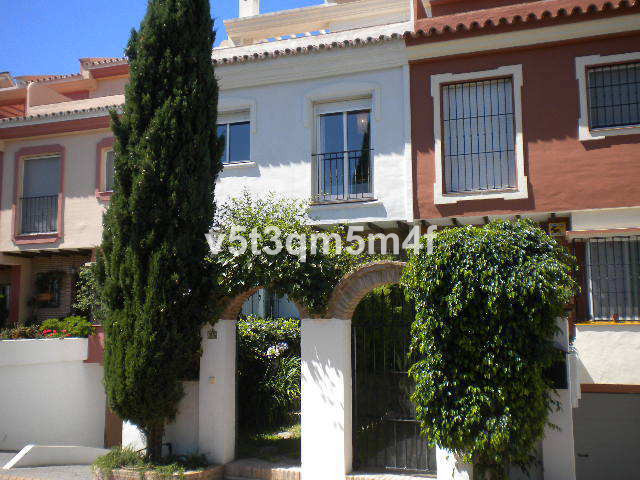 Beautiful townhouse in Lomas del Pozuelo in a gated complex of 28 houses near the entrance arch of M, Spain