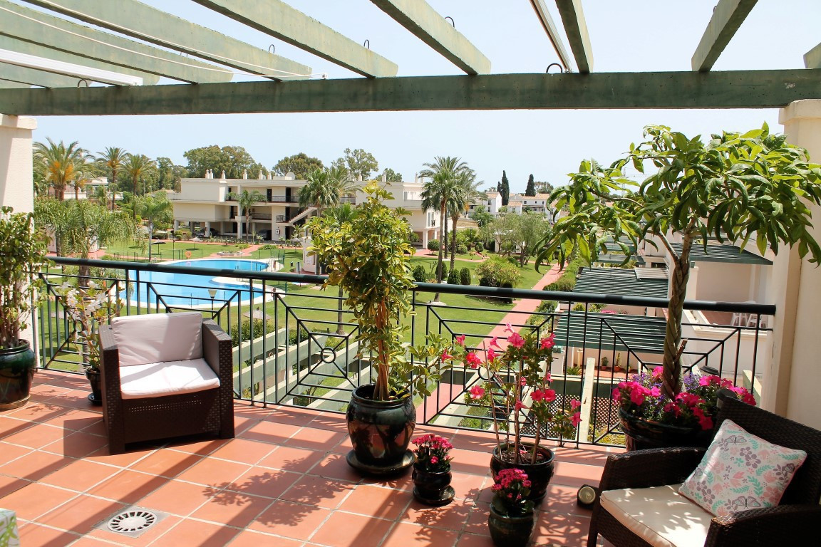 Large 2 bedroom top floor south facing apartment in a gated urbanisation in Nueva Andalucia. The pro, Spain