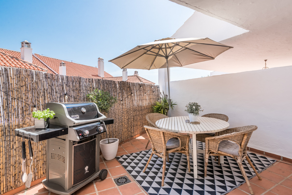 Welcome to this amazing penthouse in the center of Nueva Andalucia / Marbella.  Here you will find 3,Spain