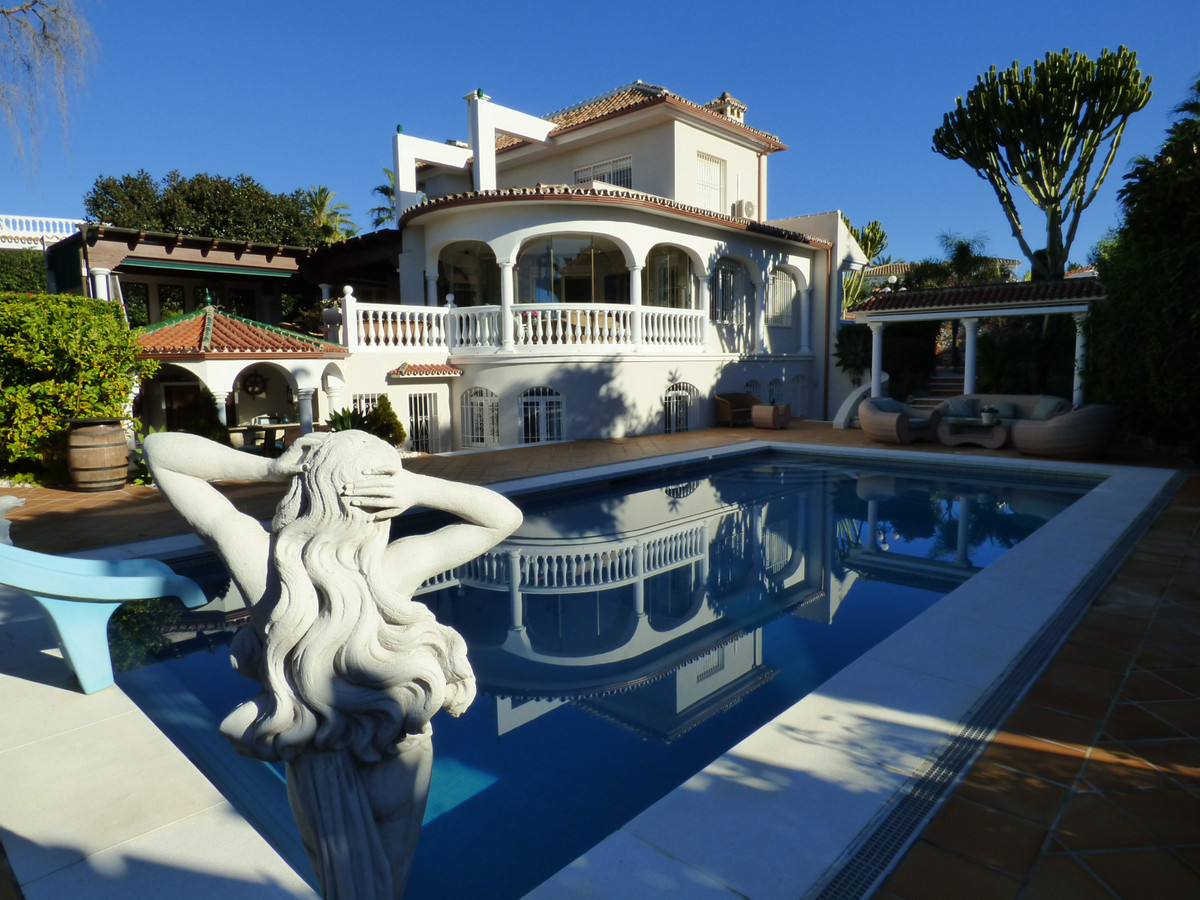 This 5 bedroom villa oozes luxury, set in the heart of one of the most sought after beachside urbani, Spain