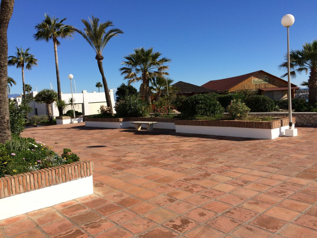 Lower apartment with two bedrooms facing the sea. The property is located on the seafront next to Pu,Spain