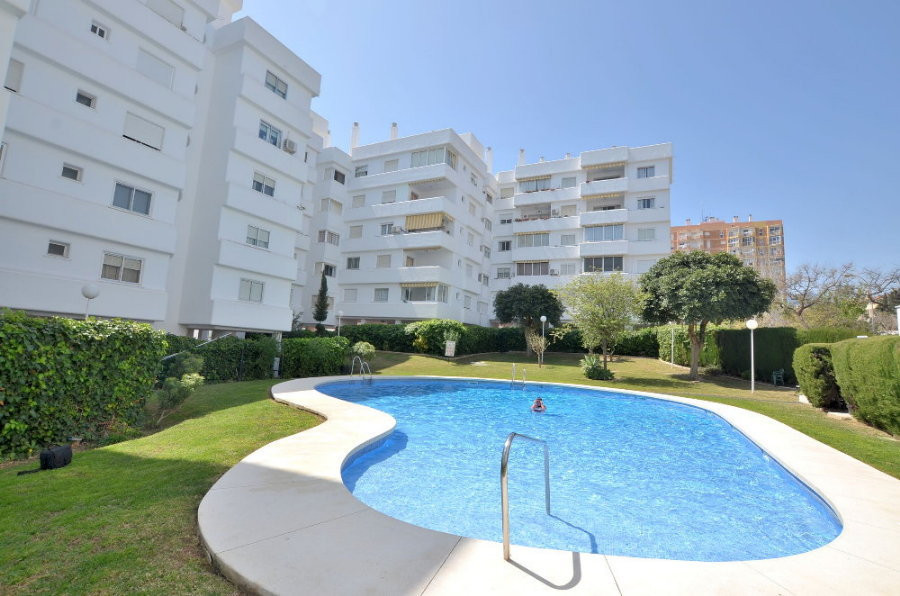 TOP FLOOR APARTMENT IN GREAT LOCATION! Located in Benalmadena Costa, in a very valued complex. Top fSpain