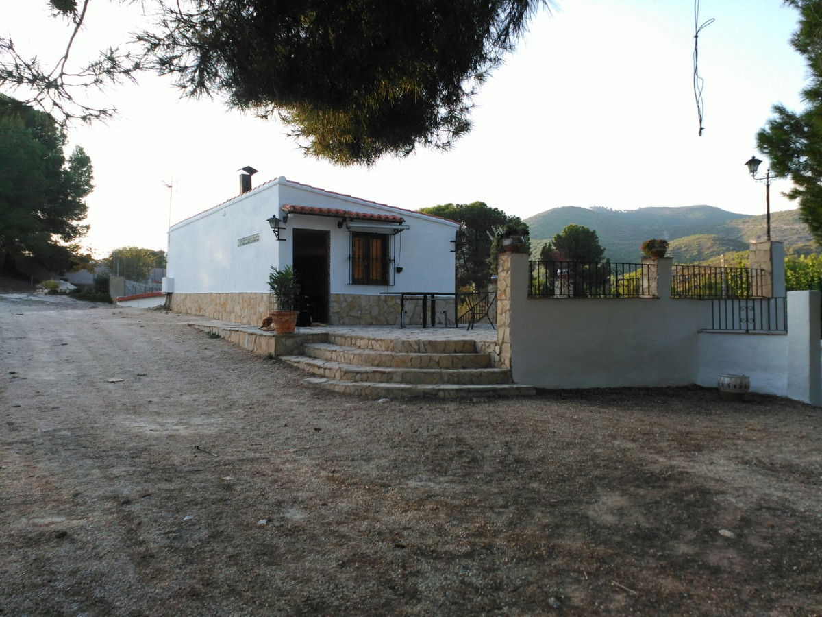 Country house of 175m2 for sale on a fenced plot of 4248m2. At only 7min driving from Ontinyent. Ver,Spain