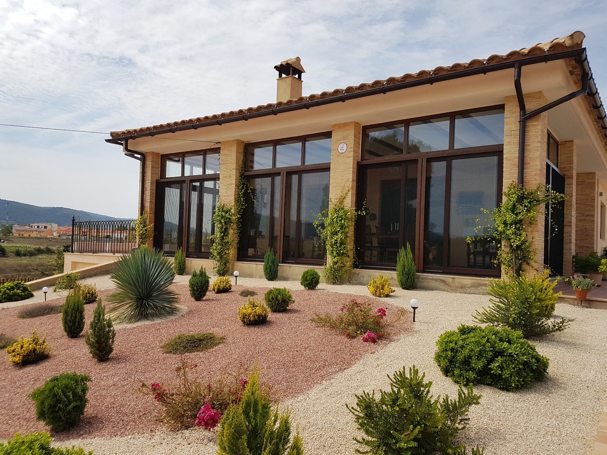 Newly built bungalow of 152m2 on a plot of 4257m2 a short distance from the town of Fontanares. Orig,Spain