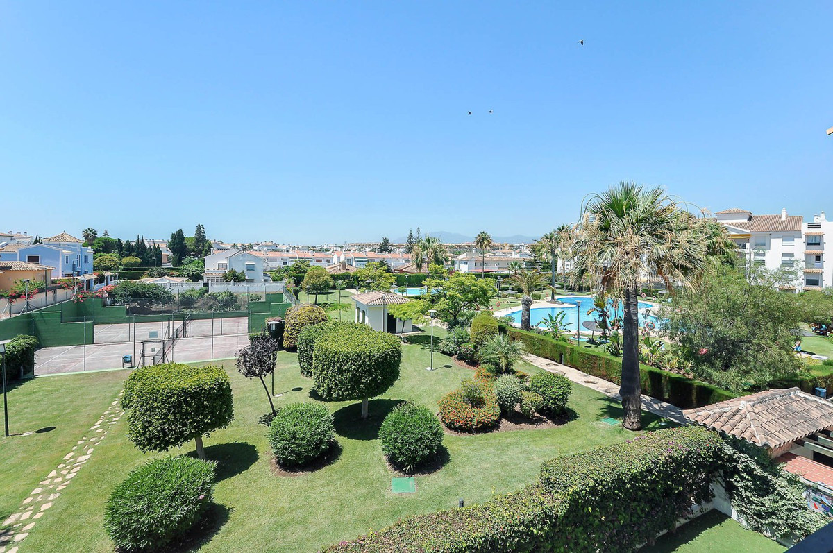 Bright corner unit with a fantastic location only about 200 meters to the beach in popular San Pedro, Spain