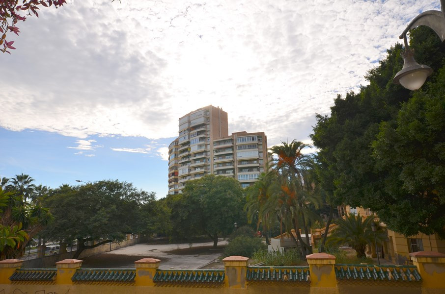 A big apartment on the first line of the Malagueta beach. It is really large with 5 bedrooms, 1 bath,Spain