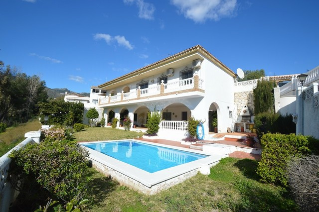 Villa located in a quiet area overlooking the golf course and very close to amenities including supe, Spain