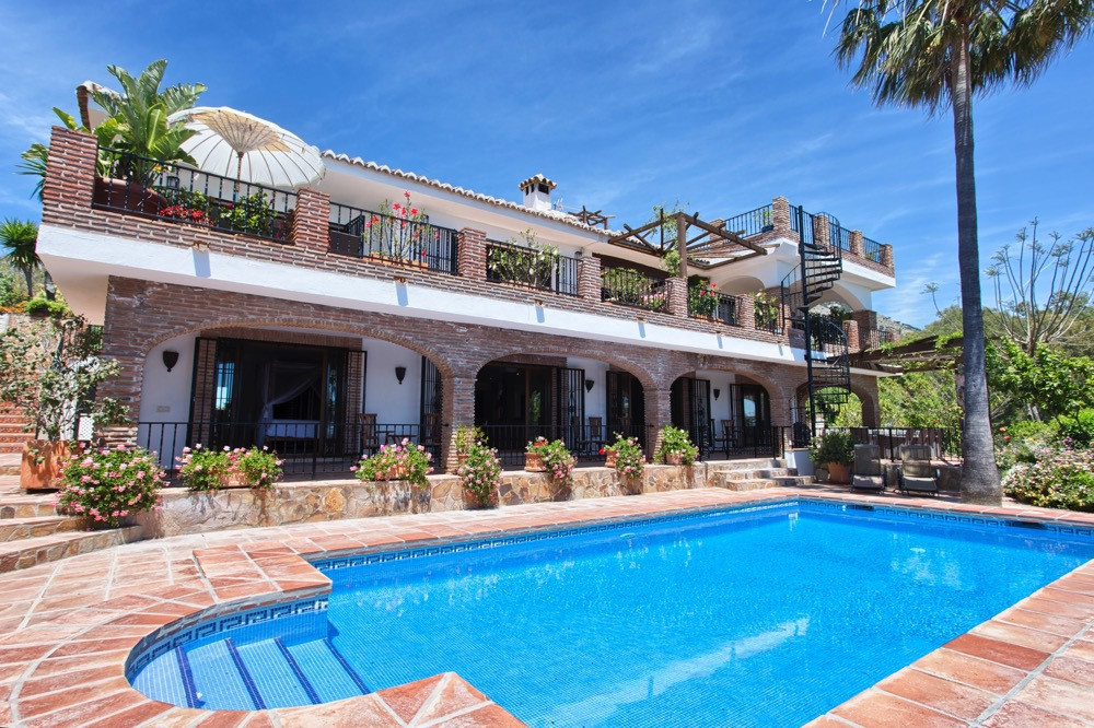 Paradise on the Costa Del Sol! This luxurious 5  bedroom all in suite bathroom  + two separate toile,Spain