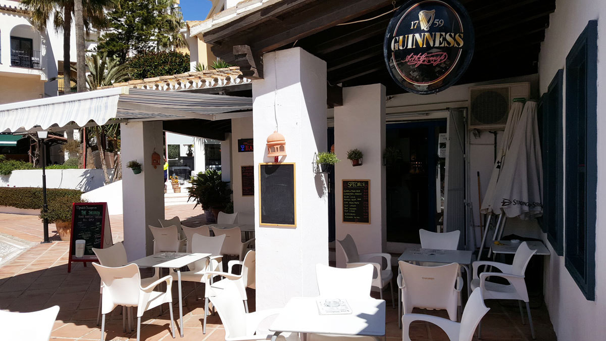 LEASEHOLD Bar/Cafe in Puerto de Cabopino The leasehold is €95,000 and the rent per month is €1,100. ,Spain