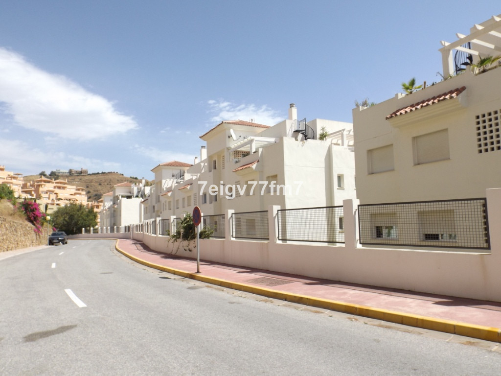 This is a modern 2 bed 2 bath (one en-suite) ground floor apartment located in the higher part of Ca,Spain