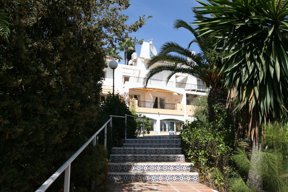 This lovely three level townhouse is located in a superb and very private urbanisation in Calahonda,,Spain