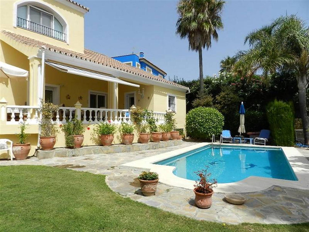 Beautiful villa in Cortijos del golf in front of the golf course with panoramic sea views with 749 m,Spain