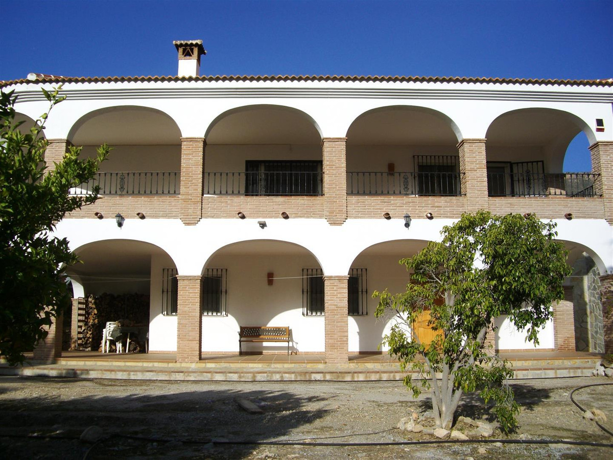 This two-storey house is located in a peaceful place which belongs to Alcaucin. From the living-dini,Spain
