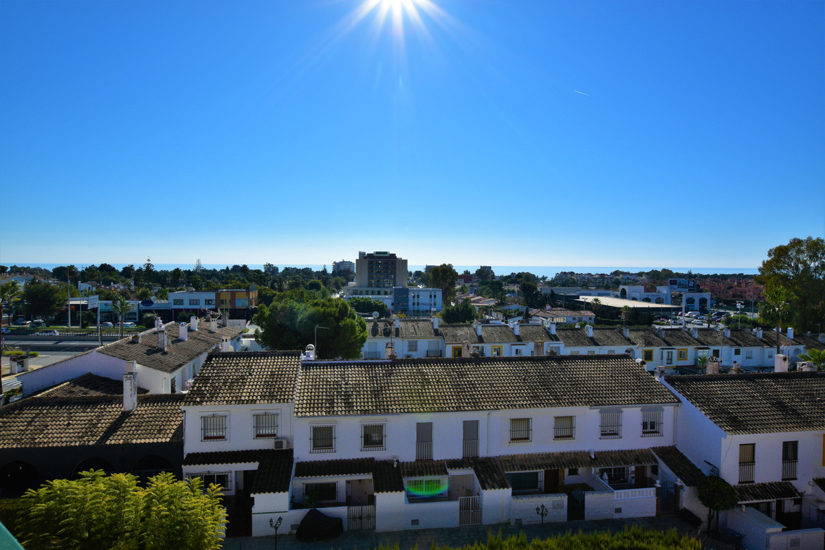 Panoramic sea views and sunny solarium. This well-kept penthouse apartment would make a perfect holi, Spain