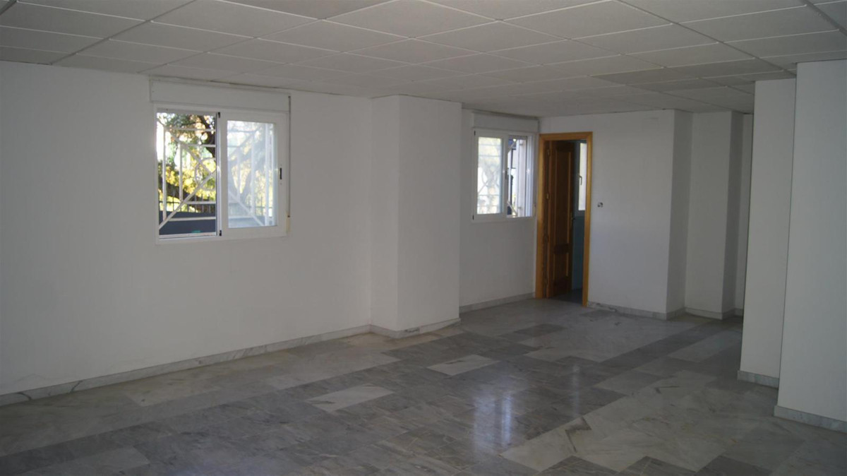 Local 65m2 in the area of Fuente Nueva San Pedro Alcantara. Suitable for small business such as clot,Spain