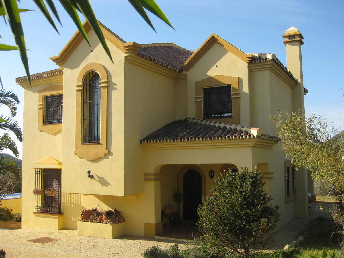 Detached villa situated just a few minutes from Marbella´s centre. Built in two levels plus a large ,Spain