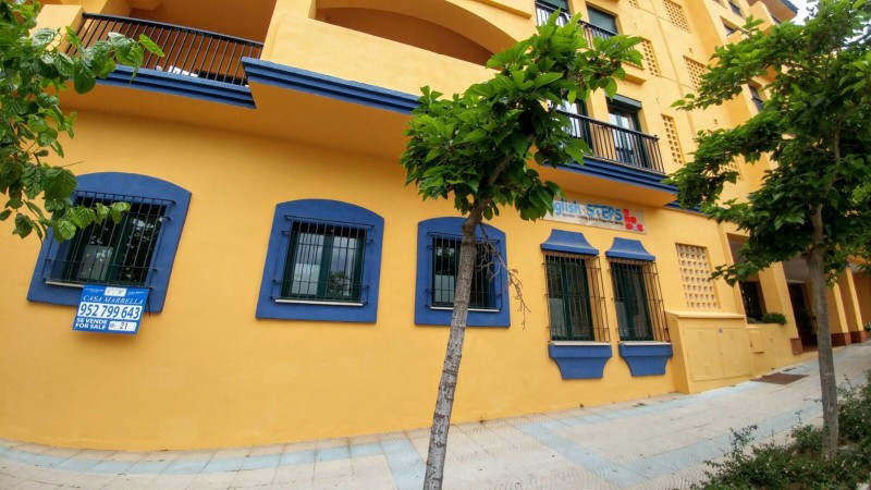 Excellent 3 bedroom apartment with an access from the street within very popular beachside urbanizat,Spain