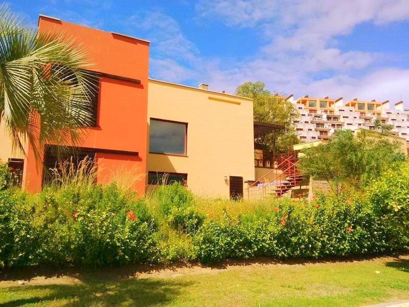 A family house on a plot of 360m2 consists of 2 bedrooms, 2 bathrooms, errazas with garden, swimming, Spain